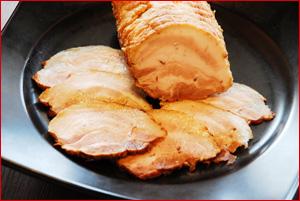 オリジナルの中華醤油で煮込み、旨味をじっくり染み込ませた絶品焼豚!